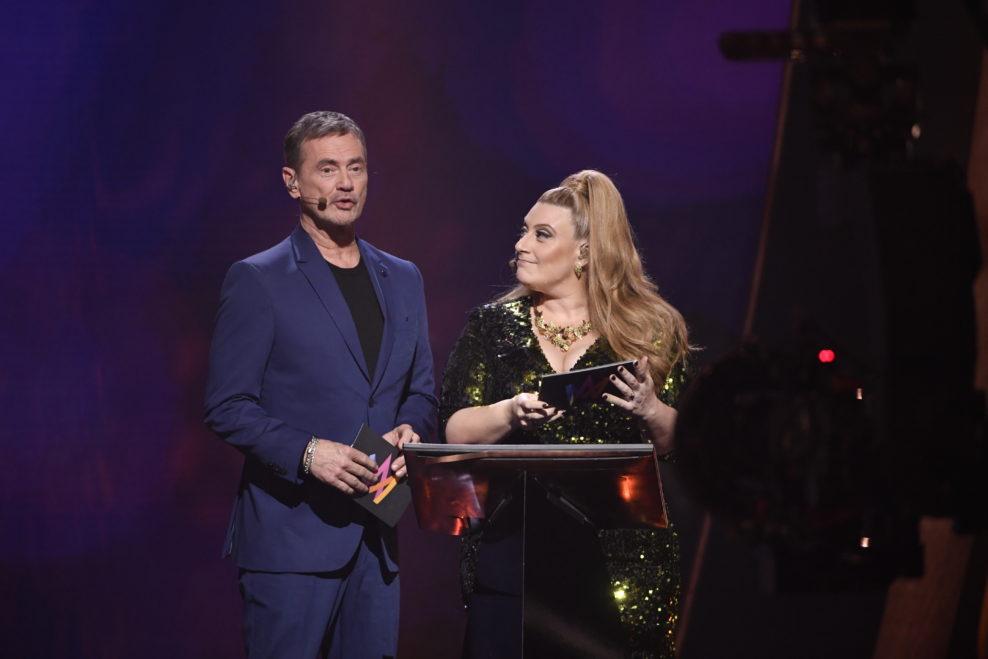 Christer Björkman i Sarah Dawn Finer predstavljaju večerašnje finaliste. Foto: SVT (Stina Stjernkvist)